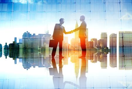 개념: 사업가 도시 협정 핸드 쉐이킹 거래 협업 개념 스톡 콘텐츠