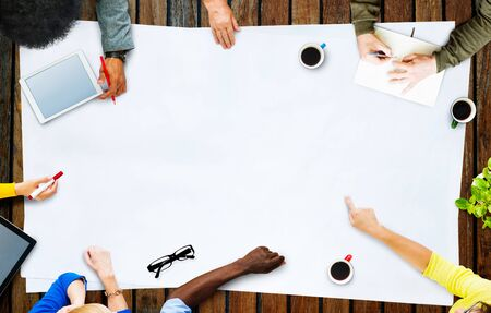 trabajo en equipo: Multi�tnico Reuni�n Gente Discutiendo Trabajo en equipo Concepto Foto de archivo