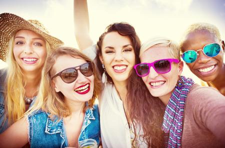 夏の休暇一緒にコンセプトを笑顔の女の子の友情 写真素材