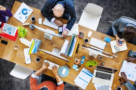 trabajo en la oficina: Grupo de multi�tnicos gente ocupada trabajando en una oficina