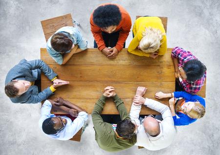 juventud: Etnia Trabajo en equipo Lluvia Discusión Ideas Concept