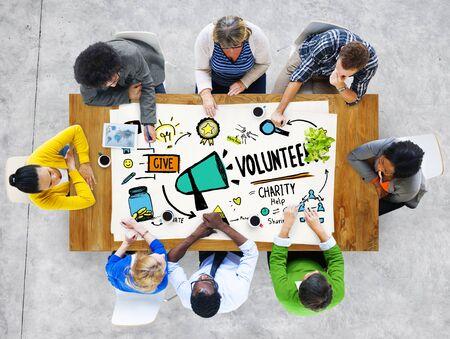 personas ayudando: Voluntarios de la Caridad y Auxilio Donaci�n Ayuda Concept Foto de archivo