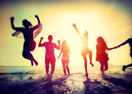verano: Diverse verano de la playa Amigos divertirse corriendo Concepto