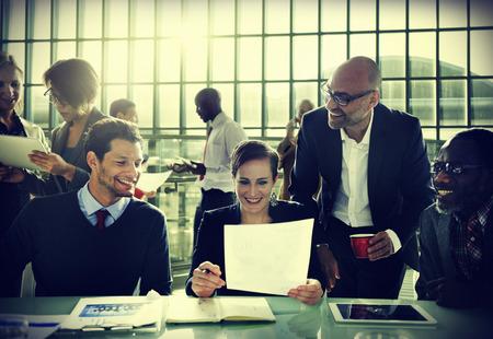 多様性ビジネス人々 討論会議ボード ルームのコンセプト