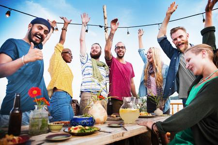 personas felices: Beach Party Felicidad Cena Amistad Concepto verano