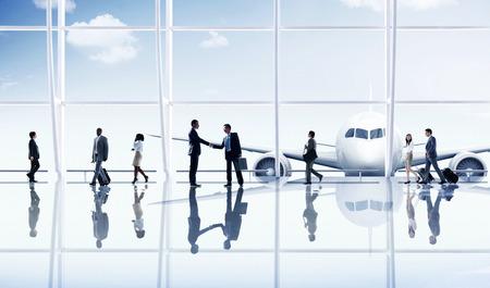 gente aeropuerto: La gente de negocios del recorrido del aeropuerto de destino Concepto Foto de archivo
