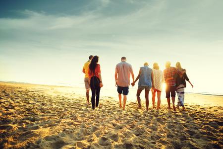 友情接合リラクゼーション夏ビーチ幸福概念