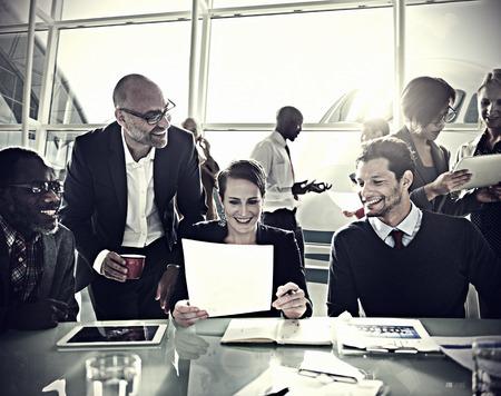 empleado de oficina: Gente de negocios Comunicaci�n Discusi�n Concepto Trabajo de oficina