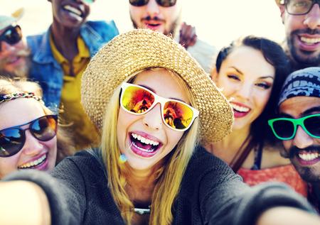다양한 사람들이 해변 여름 친구 재미 Selfie 개념