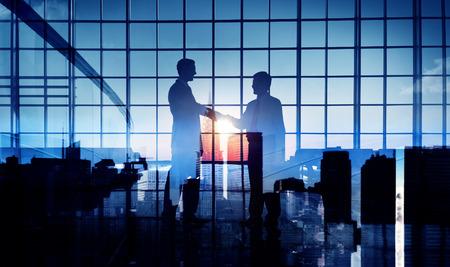 saludo de manos: Los hombres de negocios apret�n de manos Compromiso Trato Apoyo Concepto