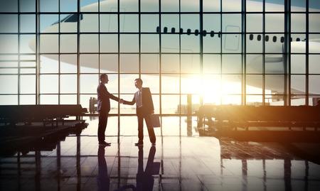 personas saludandose: International Travel Airport Business Airport Terminal Concepto