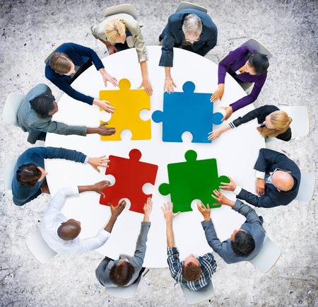 개념: 비즈니스 사람들이 직소 퍼즐 협업 팀 개념