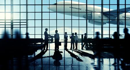 gente aeropuerto: Viaje de negocios del apret�n de manos Communter Terminal Aeropuerto Concepto Foto de archivo