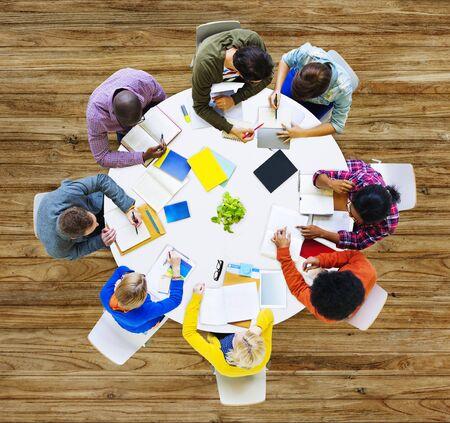 working people: Grupo de gente diversa trabajando en un concepto de equipo