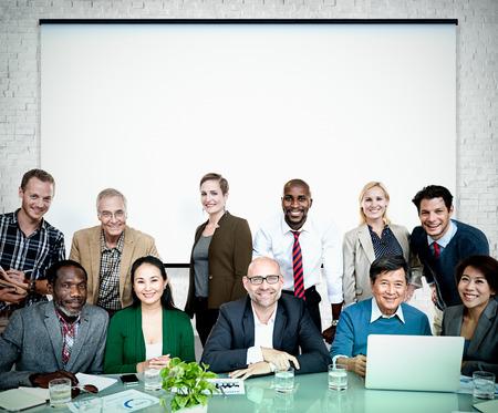 cooperación: Gente de negocios cooperación Alegre Concepto