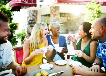 amigos hablando: Amigos Grupo de chiller Hablar concepto de vacaciones