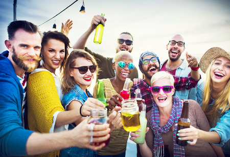 jovenes tomando alcohol: Adolescentes Amigos Beach Party Felicidad