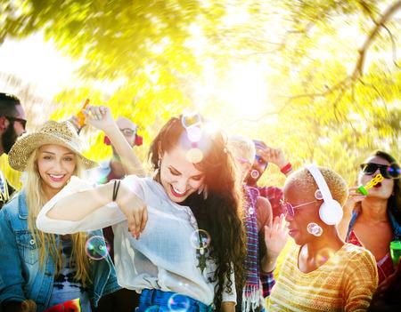 donna che balla: Amicizia Music Party Danza Concetto Estate Felicit� Archivio Fotografico