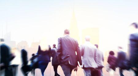 persona caminando: Gente de negocios Walkingn Commuter peatonal Paisaje urbano Concepto