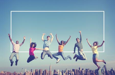 Vrolijke mensen springen Vriendschap Geluk Stad Concept Stockfoto - 42884968