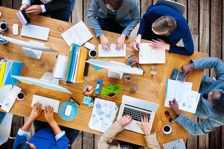 messy office: Uomini d'affari che lavora nell'ufficio Corporate squadra Concetto