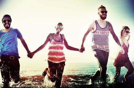 manos entrelazadas: Diverse verano de la playa Amigos divertirse corriendo Concepto