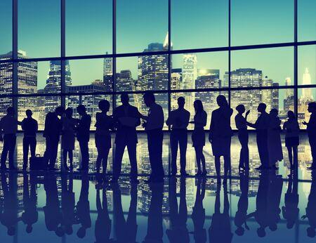 hombres trabajando: Gente de negocios Interacción Conversación Equipo Trabajando Juntos Concepto