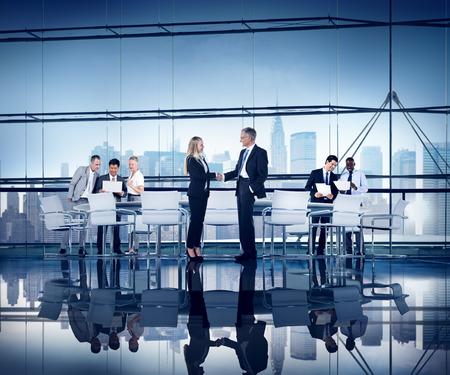 бизнес: Деловых людей, работающих Зал Соглашение Командная соединения