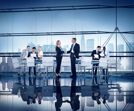 비즈니스 사람들이 작업 컨퍼런스 룸 협정 팀웍 연결