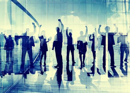축하: 실루엣 비즈니스 사람들이 기업의 연결 축 하 행복 개념