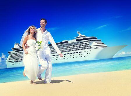 luna de miel: El matrimonio de parejas de luna de miel Concepto playa del verano Foto de archivo
