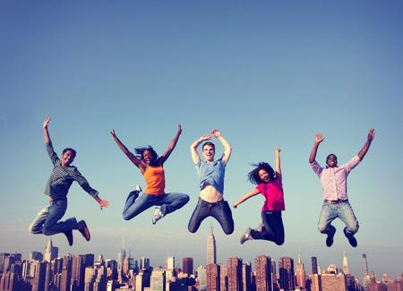 우정 행복 도시 개념 점프 명랑 사람들 스톡 콘텐츠