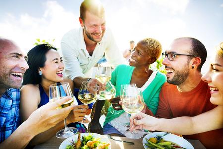 AMIGOS: Diversas personas Amigos que cuelgan hacia fuera concepto de bebida Foto de archivo