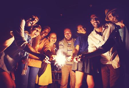 多様な民族の友好パーティー レジャー幸福概念