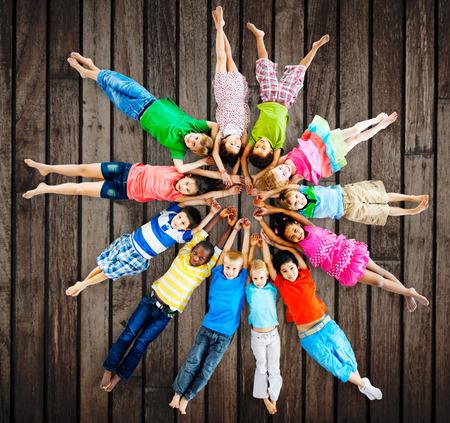 circulo de personas: Ni�os multi�tnicos sonrientes Concepto Amistad Felicidad