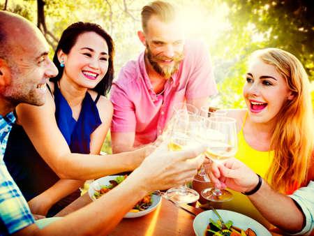 zweisamkeit: Freunde Freundschaft Au�en Chilling Miteinander Konzept Lizenzfreie Bilder