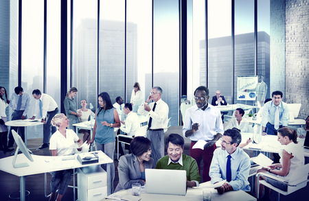 persone che parlano: Uomini d'affari che lavora nell'ufficio Discussion squadra Concetto