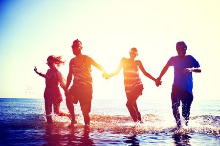 manos entrelazadas: Amistad Freedom Beach Summer Holiday Concepto Foto de archivo