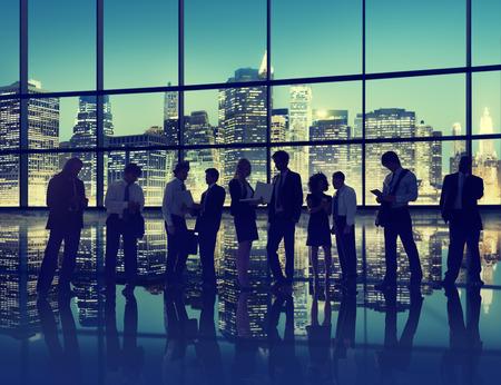 hombres trabajando: La gente de negocios La interacci�n Conversaci�n equipo de concepto de tecnolog�a de Trabajo