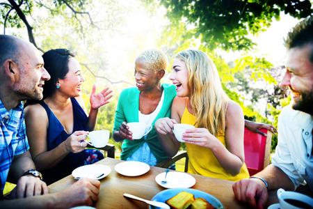 hombre tomando cafe: Diverse Gente Cafetería Aire libre Chatear Concepto
