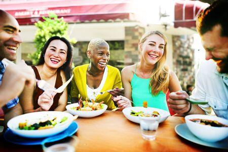 diversidad: Diverse Gente Almuerzo Aire libre concepto de alimentación Foto de archivo