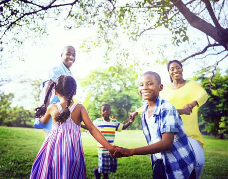 famille africaine: Famille africaine Bonheur vacances vacances Activit� Concept