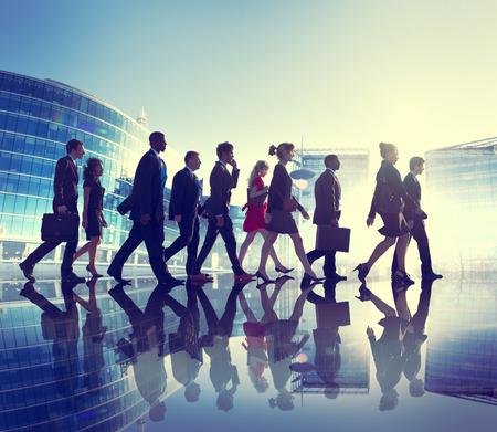 persona caminando: Grupo de hombres de negocios que camina Contraluz Concepto Foto de archivo