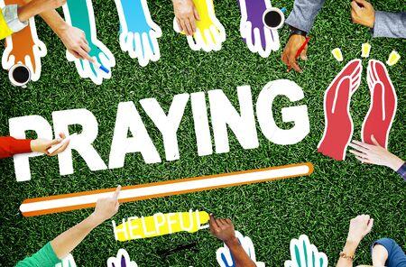 mujeres orando: Oren Rezar Esperanza Ayuda Espiritualidad Religi�n Concepto