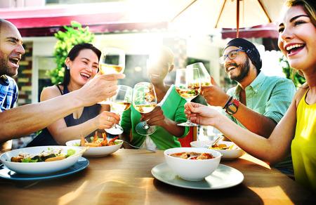 with friends: Diversas personas Amigos que cuelgan hacia fuera concepto de bebida Foto de archivo