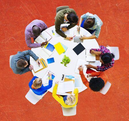 diversidad: Grupo de gente diversa trabajando en un concepto de equipo