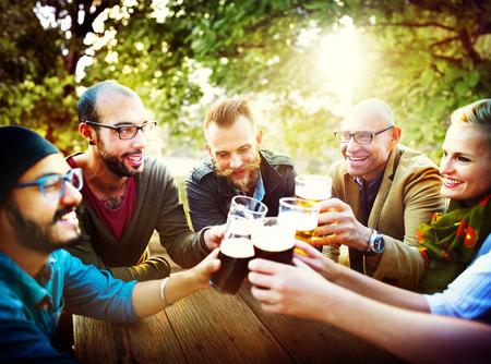 hombre tomando cerveza: Amigos Partido Aire libre Celebración Felicidad Concepto