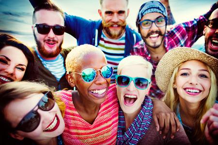 zweisamkeit: Beach Party Zusammenhalt Freundschaft Gl�cklichsein Sommerkonzept Lizenzfreie Bilder
