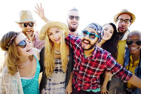 gente bailando: Adolescentes Amigos Beach Party Felicidad