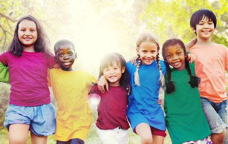 Dzieci: Dzieci Przyjaźń Więź Uśmiechnięty Szczęście Concept Zdjęcie Seryjne